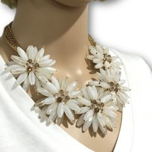 Jewelry - White and Gold Daisy Statement Necklace